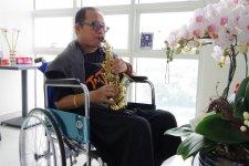 Trần Mạnh Tuấn luyện thổi saxophone sau đột quỵ